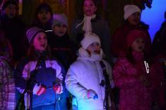 Rozsvícení vánočního stromečku a zpívání v kostele